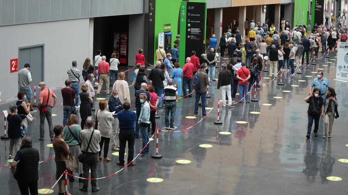 Varias personas hacen cola para recibir la vacuna contra la COVID-19 en Bilbao