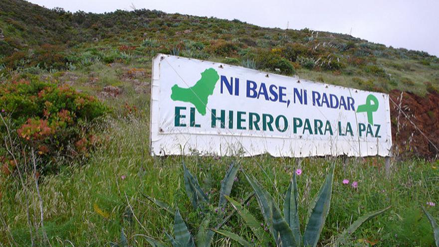 Cartel a las afueras de Valverde, en El Hierro, contra las instalaciones militares en el pico de Malpaso