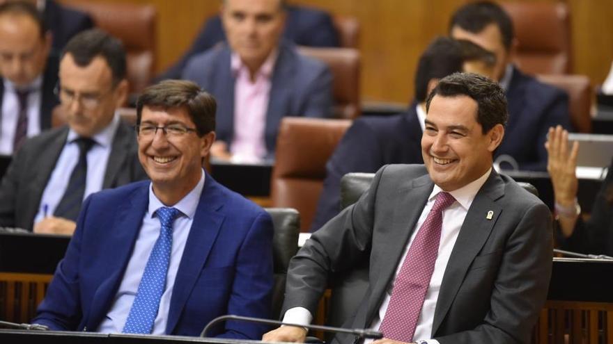 El presidente andaluz, Juan Manuel Moreno (PP), junto al vicepresidente Juan Marín (Cs), durante el debate de Presupuestos en el Parlamento andaluz.