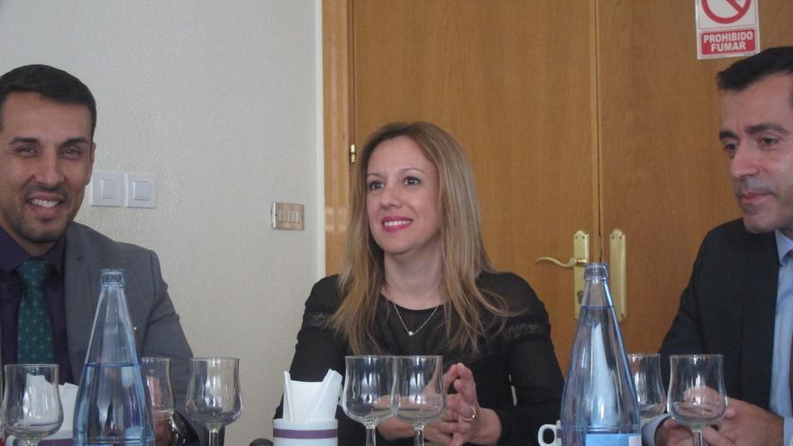 La consejera de Hacienda del Gobierno de Canarias, Rosa Dávila, se reúne con la Asociación de Jóvenes Empresarios (AJE).