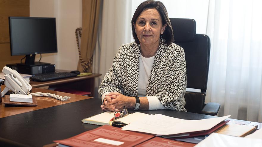 La presidenta del Parlamento posando en su despacho.
