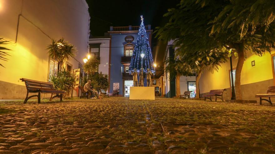 Imagen nocturna de la Plaza de Vandale de Santa Cruz de La Palma con iluminación navideña.