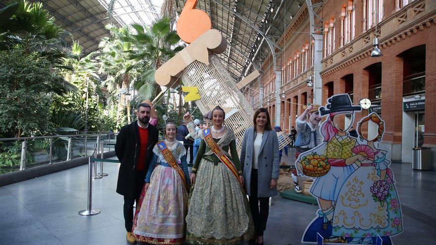 El concejal de Cultura Festiva, Pere Fuset, las Falleras Mayores de València y la concejala de Turismo, Sandra Gómez