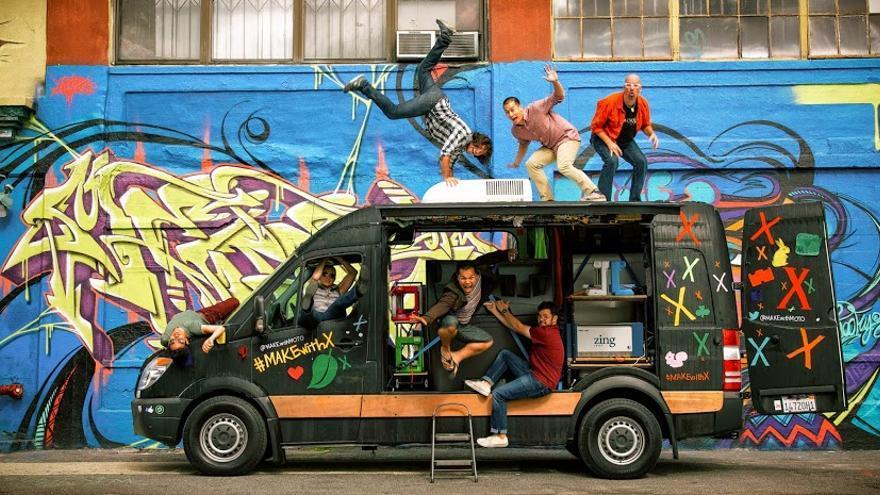 Equipo que formaba el 'tour' MAKEwithMOTO, con el español Víctor Díaz haciendo el pino en la parte superior de la furgoneta.