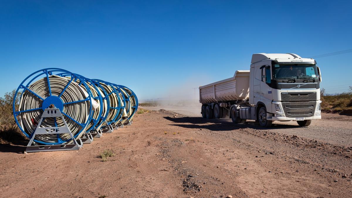 Rollos de mangueras de gran porte para transportar el agua desde el río a las locaciones de fracking.