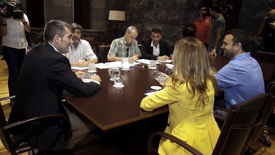 El presidente del Gobierno de Canarias, Fernando Clavijo (i), acompañado por los consejeros de Hacienda, Rosa Dávila y por de Presidencia, Aarón Afonso (d), durante la reunión mantenida con el secretario general de Comisiones Obreras de Canarias, Carmelo Jorge (2i); el secretario de Política Institucional, Pedro Martínez (3i) y el secretario general de Servicios Públicos de UGT de Canarias, Francisco Bautista (4i), para analizar los presupuestos de la comunidad autónoma para 2016 y la concertación social. EFE/Ramón de la Rocha