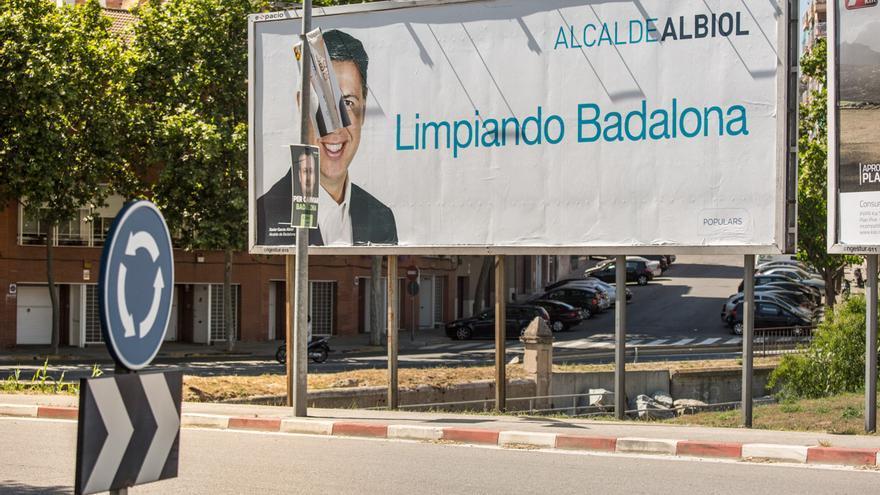 Los carteles de Limpiando Badalona, estan siendo substituidos por los más inícuos: la receta funciona / ENRIC CATALÀ