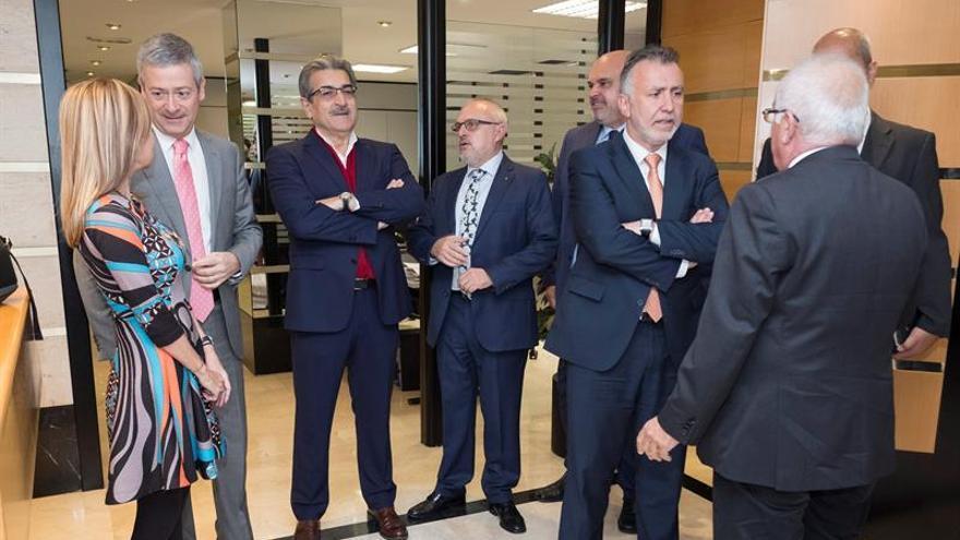 Los secretarios generales del PSOE y el PP en las islas, Ángel Víctor Torres y Australia Navarro, y el presidente de Nueva Canarias, Román Rodríguez, se reunieron con la directiva de la Confederación Canaria de Empresarios. EFE/ Ángel Medina G.