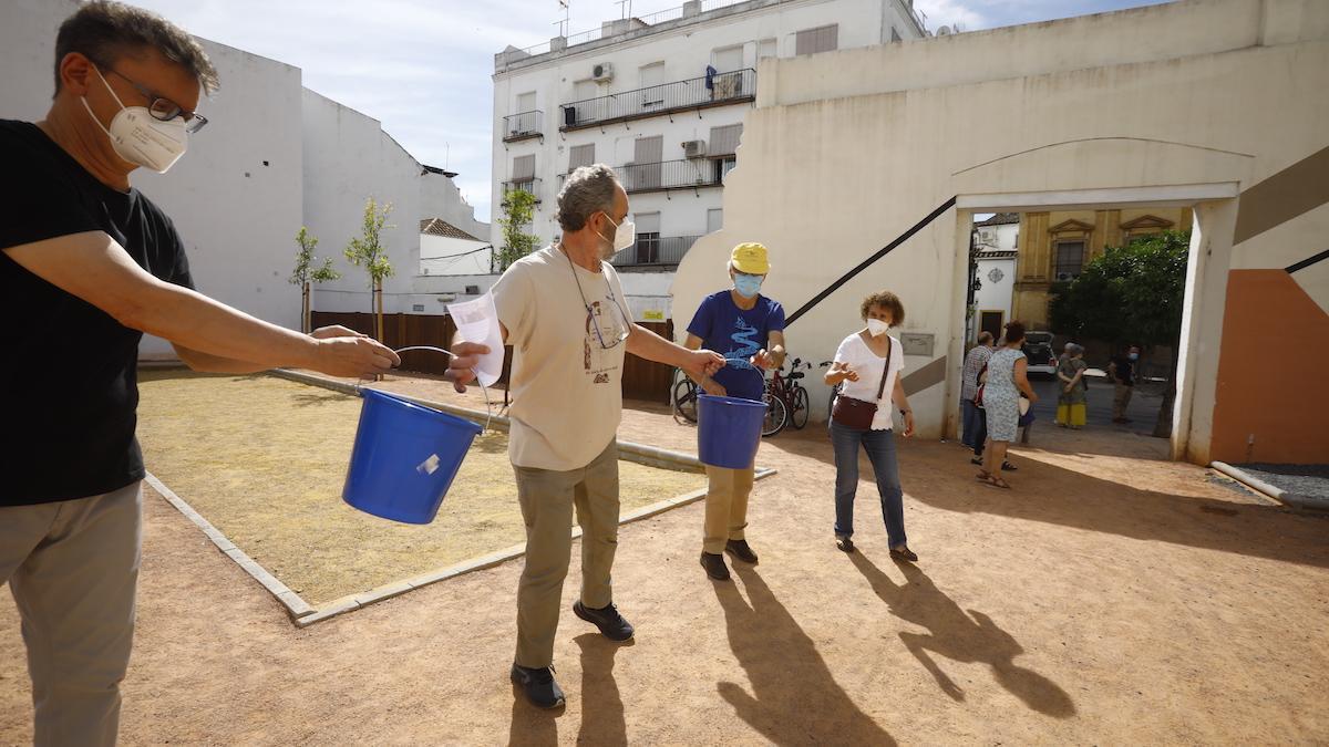 Cadena vecinal para regar los árboles del parque del antiguo cine Andalucía