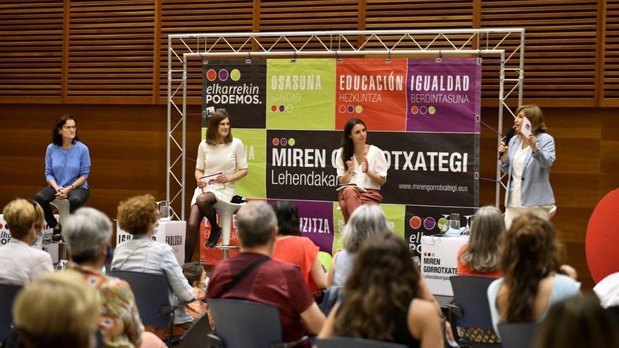 Irene Montero junto con Miren Gorrotxategi en el mitin de San Sebastián