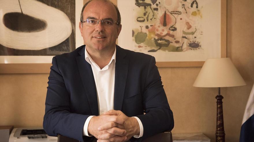 Anselmo Pestana es presidente del Cabildo.