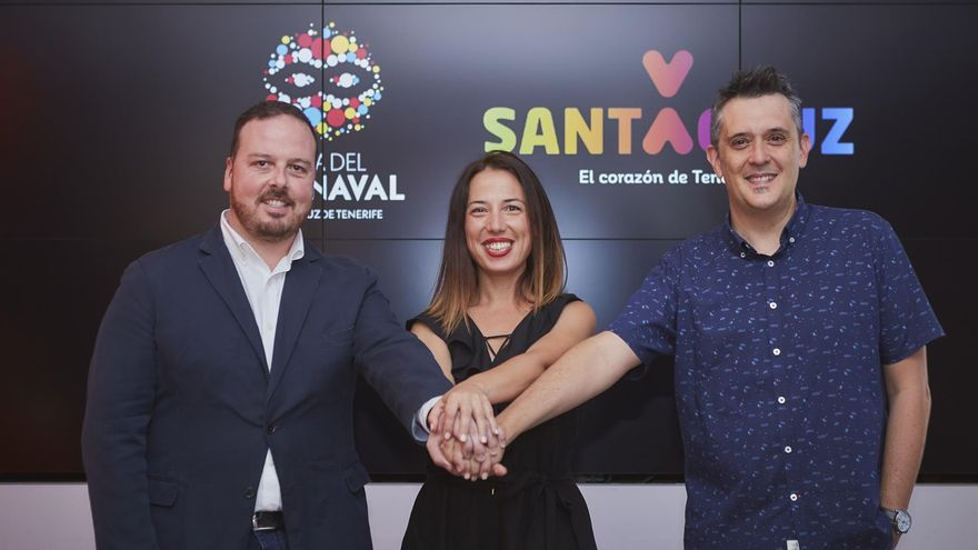 Patricia Hernández, alcaldesa de Santa Cruz de Tenerife, con el artista Javier Nóbrega a su derecha
