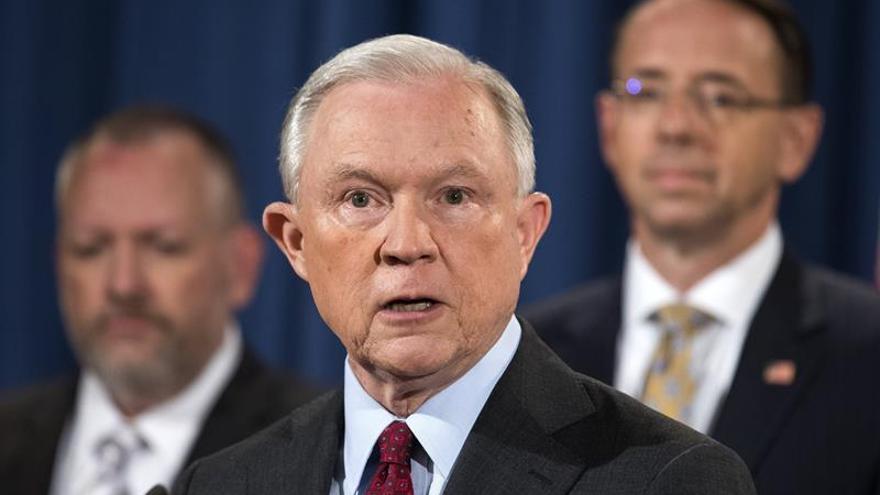 El fiscal general dice que planea continuar en su puesto pese a los ataques de Trump