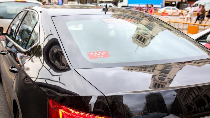 Un coche con licencia VTC, Uber o Cabify circula por Madrid
