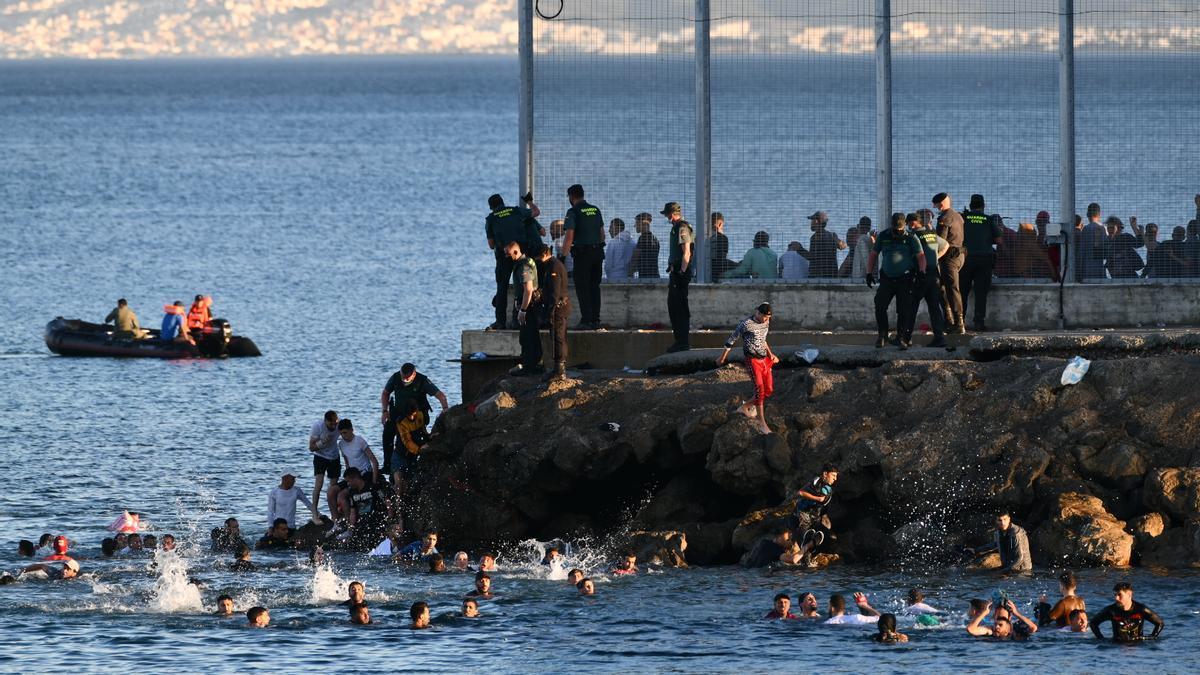 Personas migrantes en la playa del Tarajal, a 17 de mayo de 2021, en Ceuta (España)
