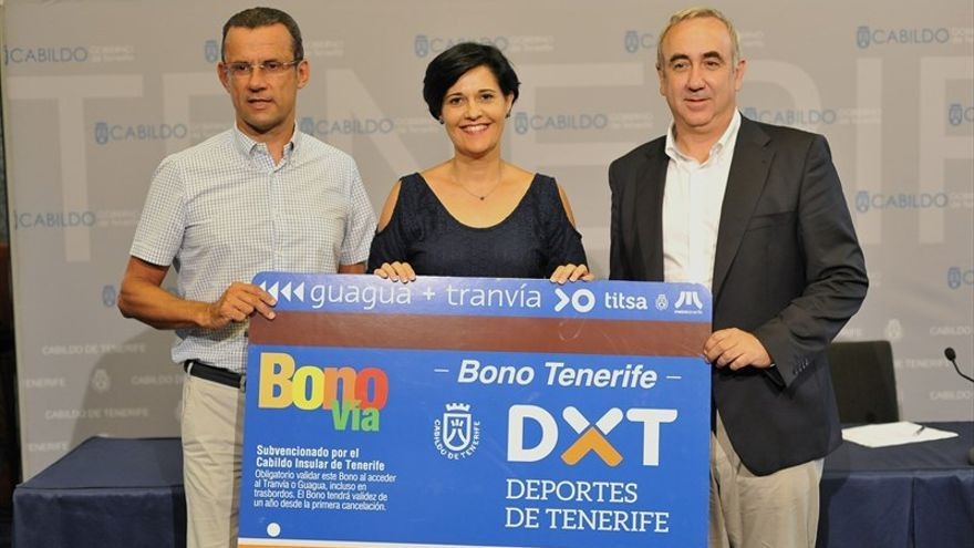 La consejera insular de Deportes, Cristo Pérez, y los gerentes de Metrotenerife y Titsa, Andrés Muñoz y Jacobo Kalitovics
