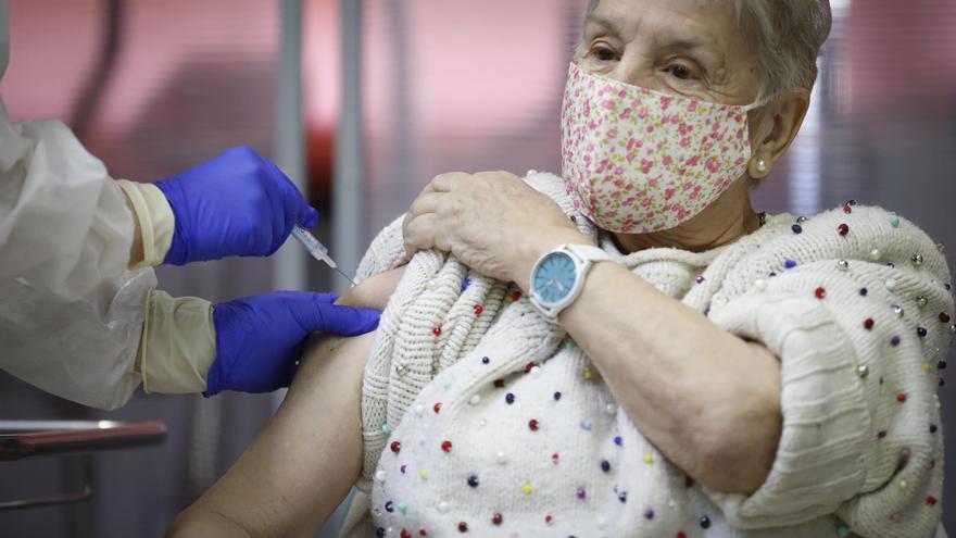 Madrid empieza a vacunar a los mayores de 70 que lo piden en los centros de salud, al margen del sistema de cita previa