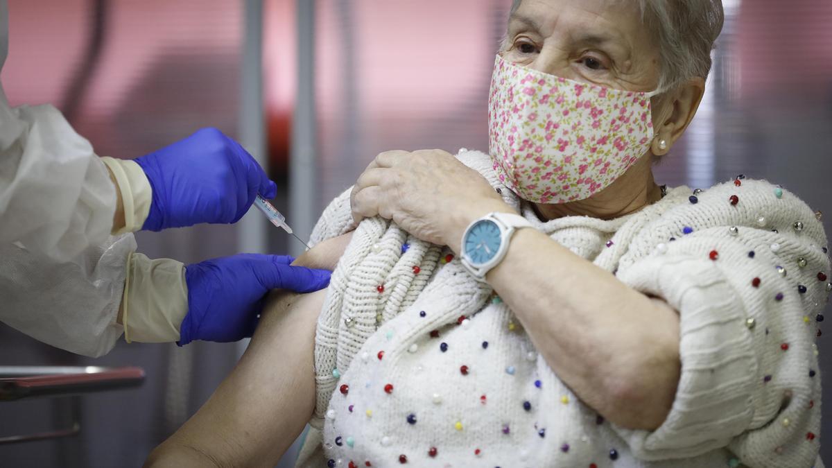Vacunación de mayores en un centro sanitario de Madrid