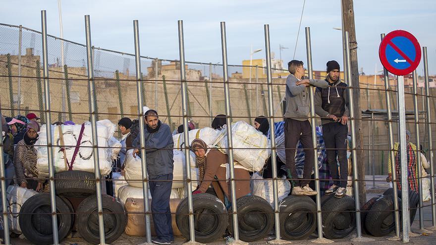 Porteadoras en el paso fronterizo de Melilla