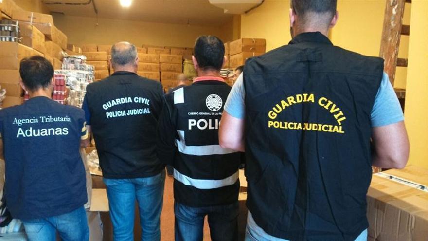 Intervenidos más de 4.300 artículos falsificados en bazares y almacenes de Las Palmas de Gran Canaria.