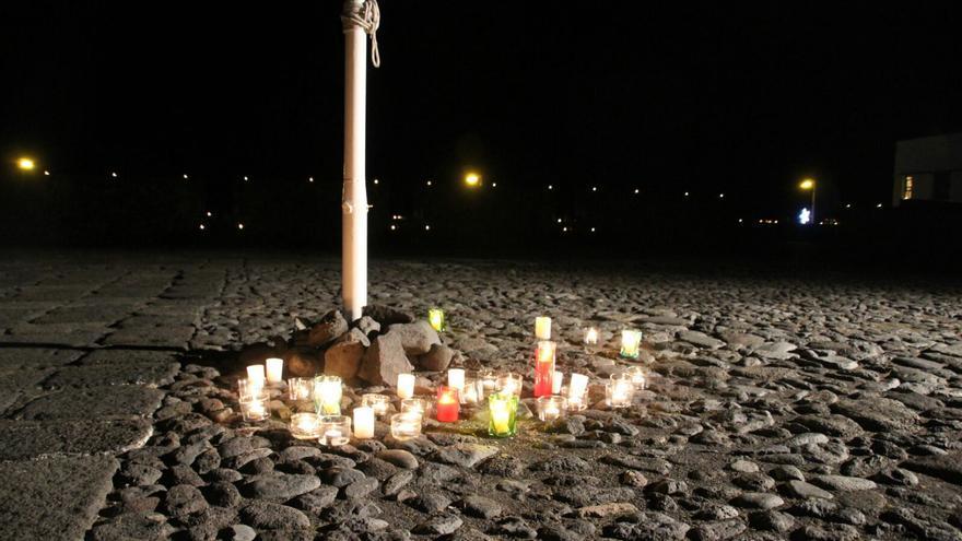 La fortaleza se llenó de velas en homenaje a las mujeres. Foto: JOSÉ AYUT.