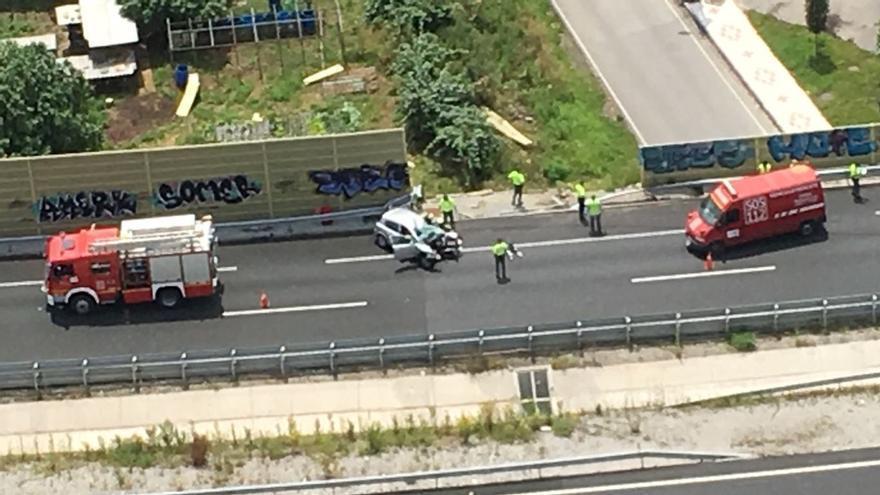 Un muerto y dos heridos leves en un accidente en la A-8 a la altura de Cayón