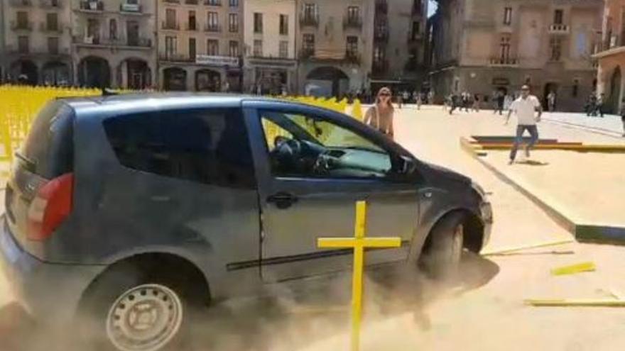 Un coche derriba las cruces amarillas de la plaza de Vic