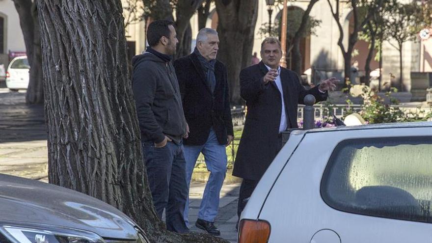 José Alberto Díaz (derecha), alcalde lagunero de CC, se dirige este lunes al juzgado para declarar como investigado por el caso Grúas