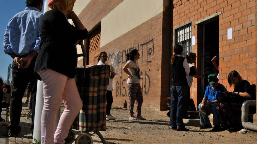 Reparto de alimentos organizado por el Campamento Dignidad en Mérida