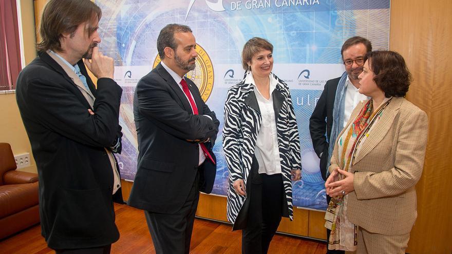 Los actores Assumpta Serna y Scott Cleverdon hablan con las autoridades de la ULPGC y el Cabildo de Gran Canaria.