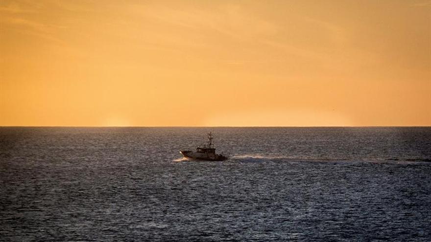 Una patrullera de la Guardia Civil rastrea la costa del sur de la isla buscando el cadáver de Romina Celeste. EFE/JAVIER FUENTES.