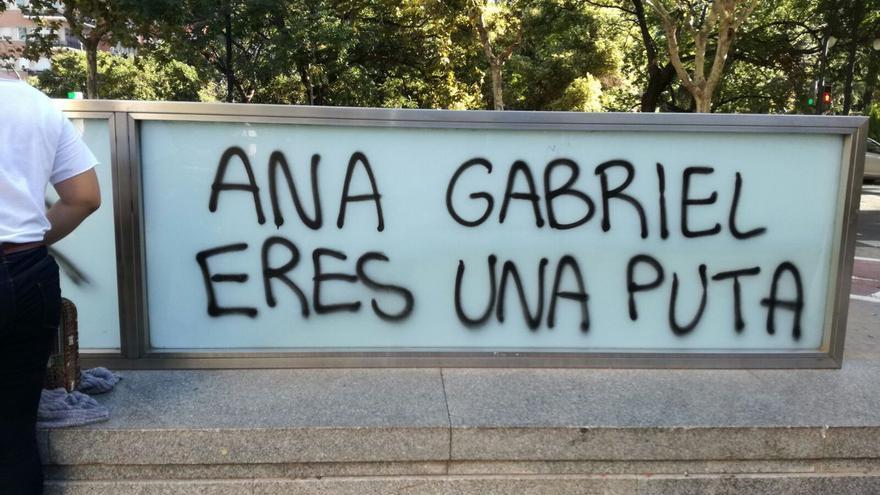 Insultos a Anna Gabriel junto a la facultad de Historia de la Universitat de València