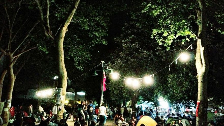 Los árboles y la acampada del parque Gezi, a la espalda de la plaza Taksim (Juan Luis Sánchez)