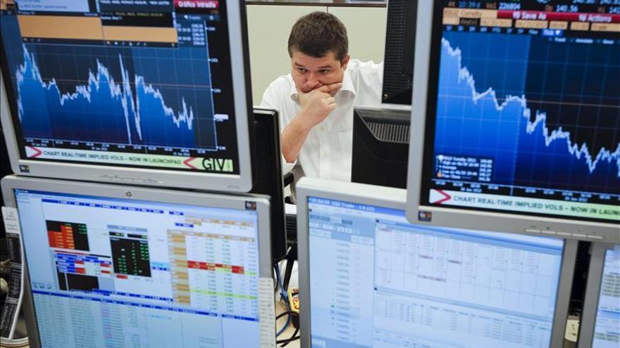 España capta 3.416 millones y rebaja el interés de su deuda de mayor plazo