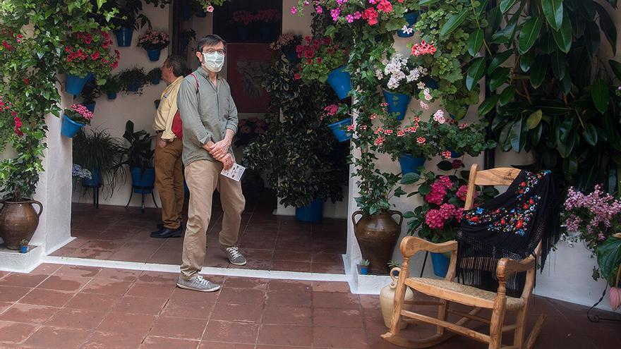 Una persona con mascarilla en un patio de Córdoba | TONI BLANCO