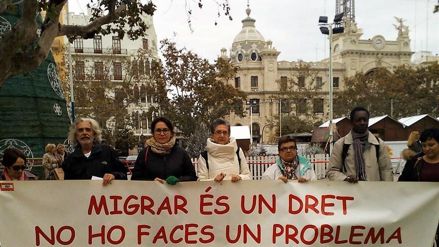 Representantes de la Mesa d'Entitat de Solidaritat amb els Inmigrants frente al ayuntamiento de Valencia