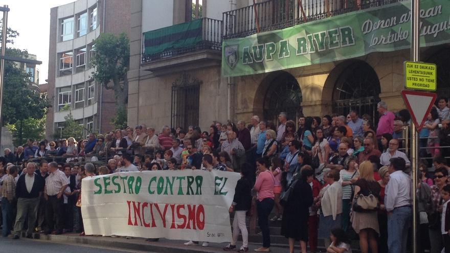 Vecinos de Sestao protestan contras los comportamientos incívicos en el municipio.