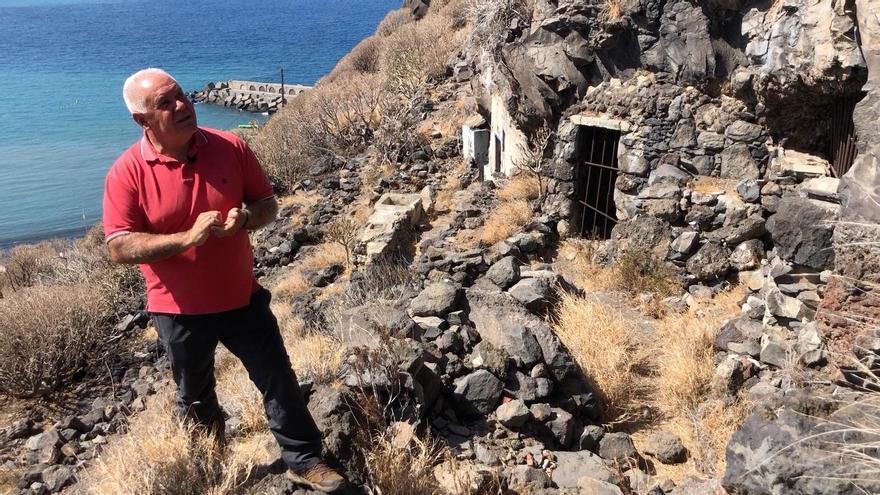 Jorge Pais en el entorno de las Cuevas de Juan Graje.