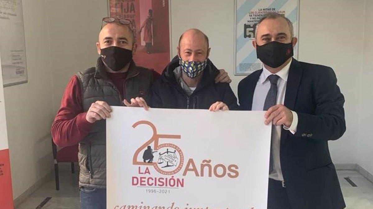 Representantes de la Fundación Cajasur y de 'La Decisión', tras la firma del convenio de colaboración entra ambas entidades.
