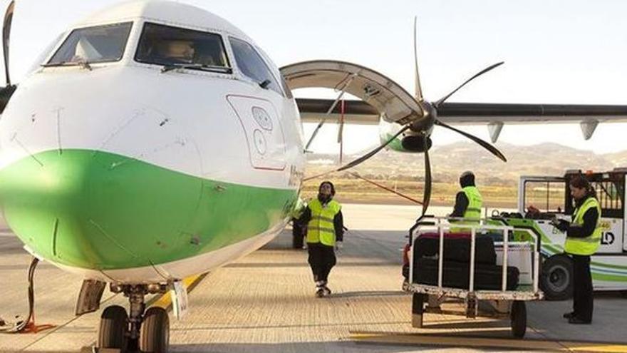 Avión marca ATR de Binter en un aeropuerto canario