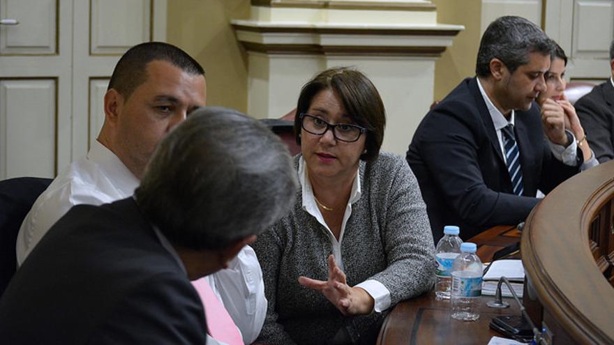 Gladis Acuña, Pedro Rodríguez y Román Rodríguez, del Grupo de Nueva Canarias en el Parlamento de Canarias, durante un pleno