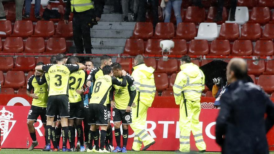 Los jugadores del CD Tenerife celebrando el 0-1 logrado el pasado viernes en El Molinón.