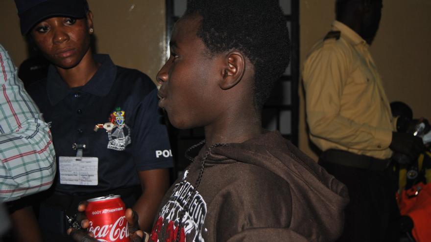 Omar, de 13 años, vuelve a Gambia tras una larga travesía junto a su padre.