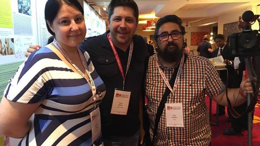 Carmen Escrig y Julio Ruades (dcha.), con el director del documental sobre el vapeo 'A billion lives'