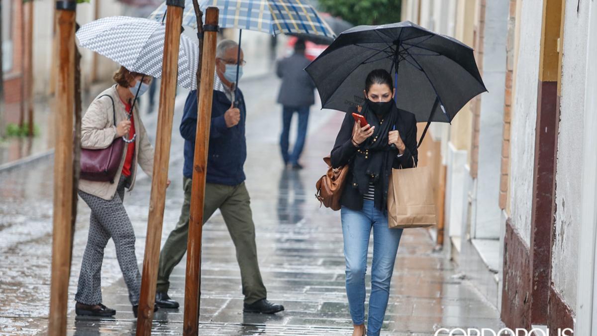 Cordobeses caminan en un día de lluvia