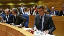 Feijóo y miembros de su gobierno y del PP, en un pleno del Parlamento