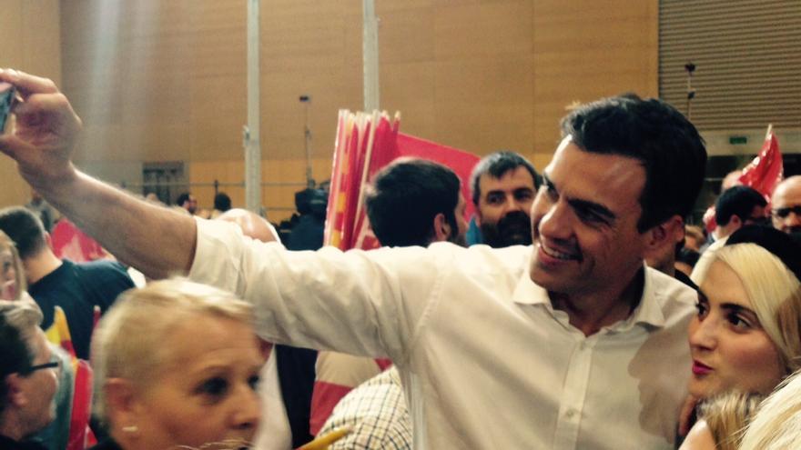 Pedro Sánchez haciéndose un selfie durante el acto / I.R.