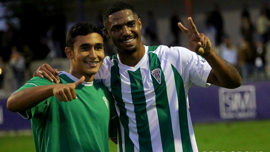 El goleador Novaes, con el costarricense Sebas Castro | LOF