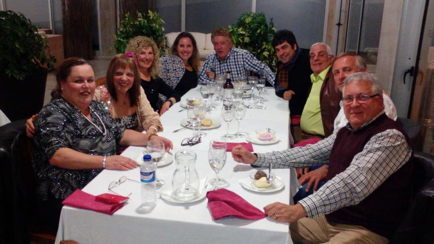En la imagen, miembros de la NACE en la cena del Día Mundial de la Poesía.