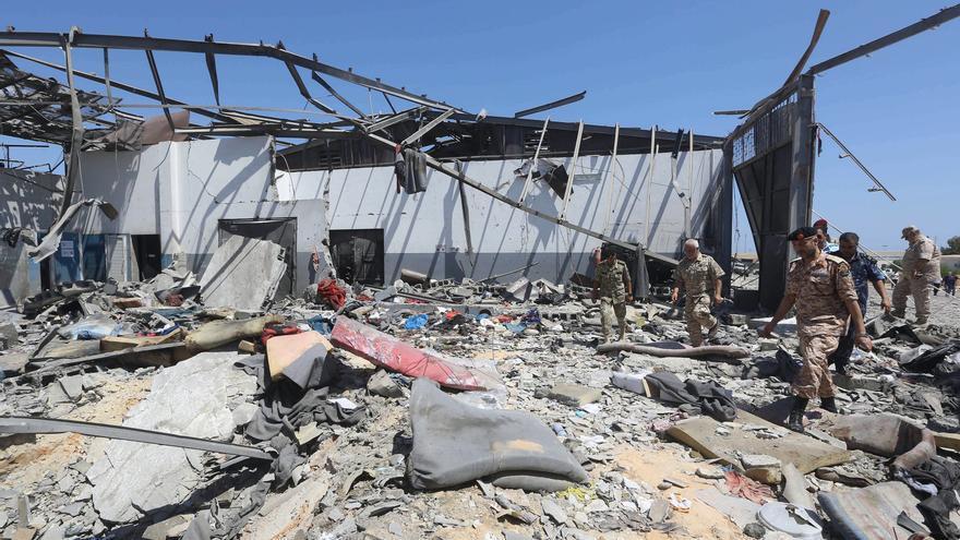 Agentes revisan los escombros de un centro de detención destruido en Trípoli, Libia, el 3 de julio de 2019.